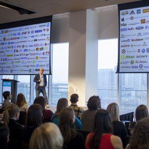 Steve Levy, chef de l'exploitation d'Ipsos Canada, prononce le discours d'ouverture à la présentation des 10 marques les plus influentes au Canada, au Globe and Mail Centre de Toronto.