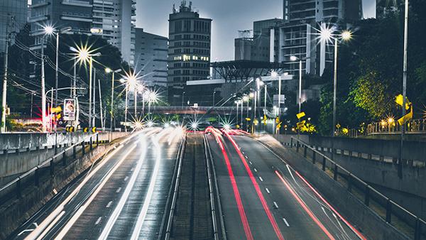 Voitures sur l'autoroute symbolisant le trafic de site Web