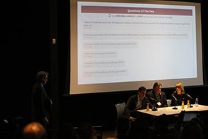 Notre VP numérique, Chris Williams anime la période de discussion avec James Kint, George Ivie et Joan Brehl (de gauche à droite). Les questions du public sont projetés à l'écran.